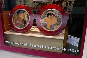 vignette-sulpture-lunettes-vitrine-exterieure